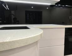 Столешница для компактной кухни из камня